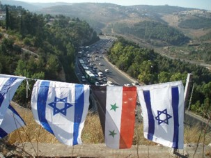 Shalom Akhshav fait flotter les drapeaux syrien et israélien sur la route Tel Aviv – Jérusalem