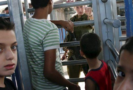 Une députée israélienne goûte aux humiliations subies par les Palestiniens au poste de contrôle de Qalandiyah