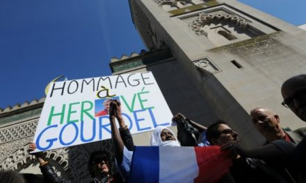 """Hommage """"des musulmans et de leurs amis"""" à Hervé Gourdel devant la Grande Mosquée de Paris"""