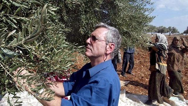 Photo Tzvika Tishler – Cueillette des olives avec des villageois palestiniens en Cisjordanie en 2002.